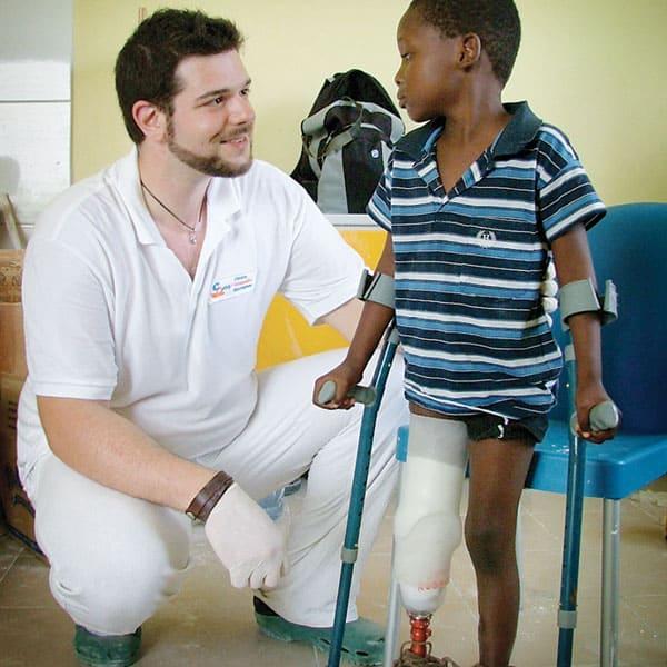 tecnico neri team con bambino e protesi